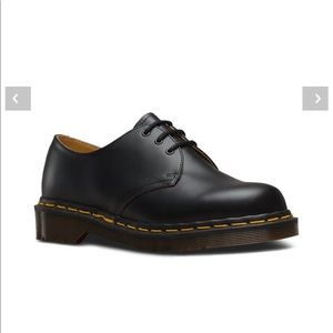Dr. Martens classic 3 eye 1461 smooth.